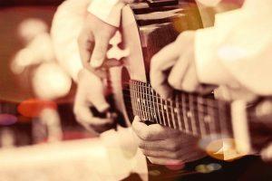 Дете и възрастен свирят заедно на една китара - Музикална Школа Sound Circle