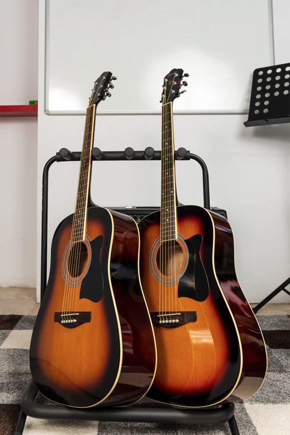 Две акустични китари за уроци на стойка - Саунд Съркъл