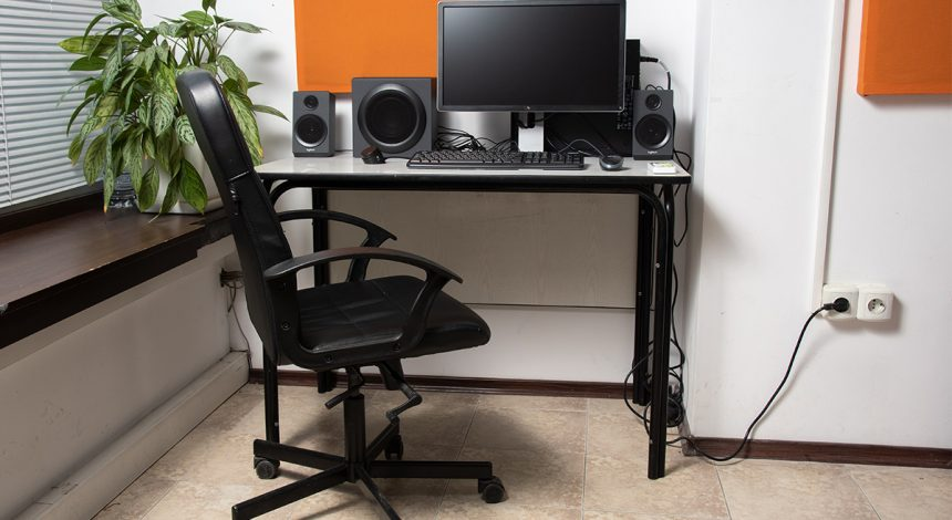 Работен кът с компютър - Учебни зали в музикална школа Sound Circle