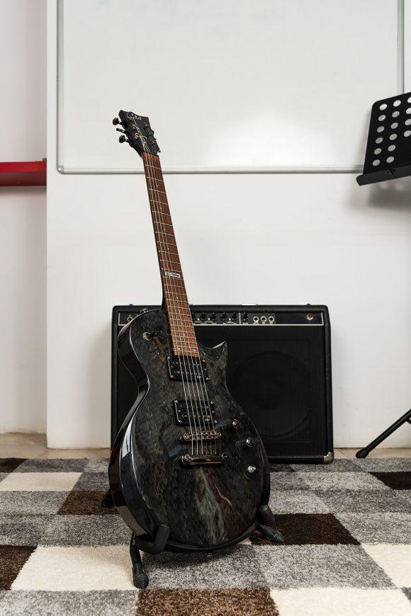 Черна електрическа китара за урок - Саунд Съркъл