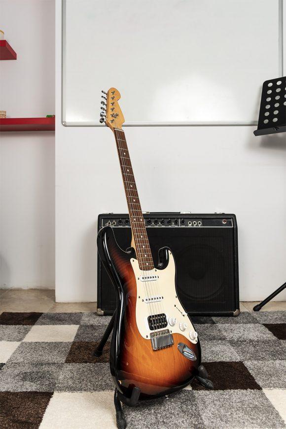 Кафява електрическа китара за урок - Саунд Съркъл