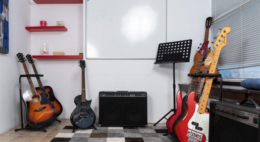 Китари и китарни кубета - Учебни зали в Музикална Школа Sound Circle