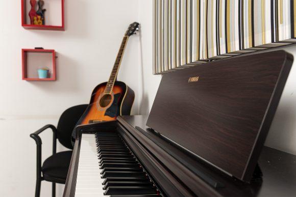 Кафяво пиано и акустична китара за уроци - Саунд съркъл