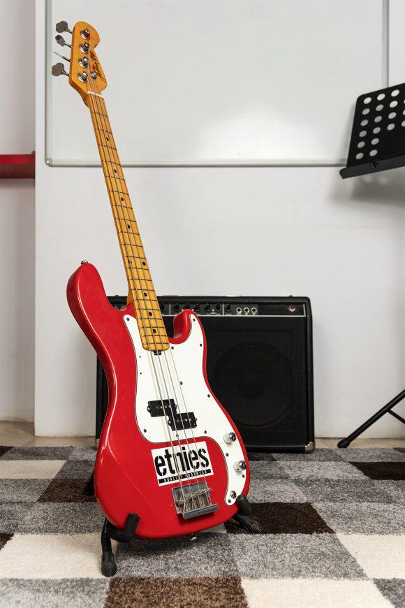 Червена бас китара с надпис Етнис за уроци - Саунд Съркъл