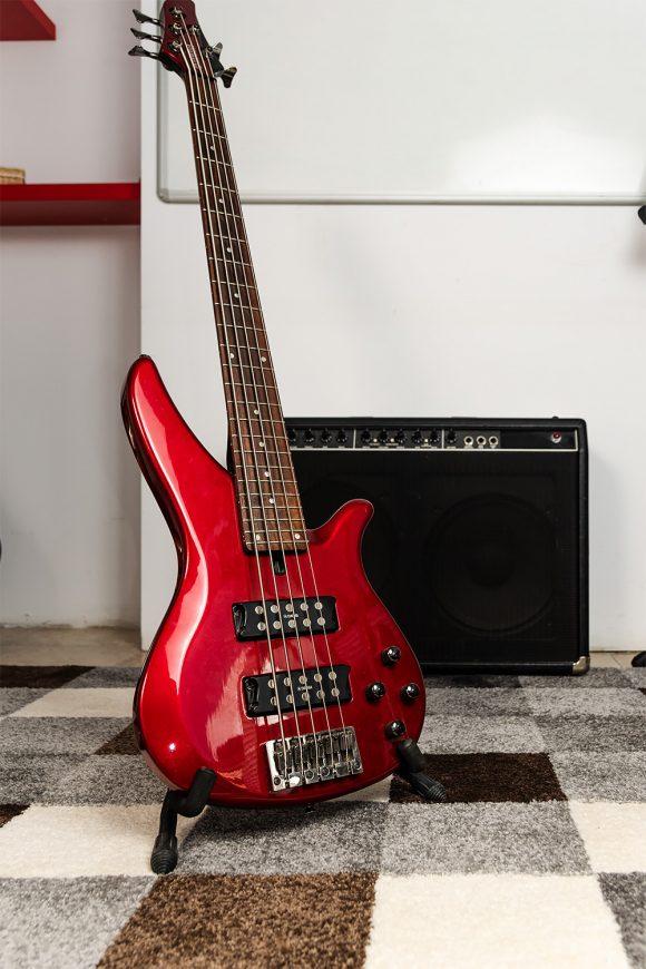 Червена бас китара Ямаха за уроци - Саунд Съркъл